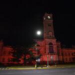 El Palacio Municipal de La Plata se iluminó de naranja para concientizar sobre el TDAH